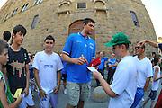 DESCRIZIONE : Firenze Raduno Collegiale Nazionale Italiana Maschile Premiazione Consegna Chiavi Citt&agrave; Firenze<br /> GIOCATORE : Andrea Bargnani<br /> SQUADRA : Nazionale Italia Uomini <br /> EVENTO : Raduno Collegiale Nazionale Italiana Maschile <br /> GARA : Allenamento<br /> DATA : 15/07/2010 <br /> CATEGORIA : Premiazione<br /> SPORT : Pallacanestro <br /> AUTORE : Agenzia Ciamillo-Castoria/M.Gregolin<br /> Galleria : Fip Nazionali 2010 <br /> Fotonotizia : Firenze Raduno Collegiale Nazionale Italiana Maschile Premiazione Consegna Chiavi Citt&agrave; Firenze<br /> Predefinita :