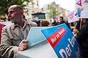 Frankfurt am Main | 26 Apr 2014<br /> <br /> Am Samstag (26.04.2014) veranstalten Aktivisten der rechtspopulistischen AfD (Alternative f&uuml;r Deutschland) auf der Leipziger Stra&szlig;e in Frankfurt-Bockenheim einen Infostand, sie versuchen, Infomaterial und Flugbl&auml;tter an Passanten zu verteilen, um f&uuml;r die Partei im laufenden Europawahlkampf zu werben.<br /> Die AfD-Wahlk&auml;mpfer werden durchgehend von etwa 50 linksradikalen Aktivisten gest&ouml;rt und behindert.<br /> hier: Ein AfD-Aktivist versucht, ein Transparent an einem Stromkasten zu befestigen. <br /> <br /> &copy;peter-juelich.com<br /> <br /> [No Model Release | No Property Release]