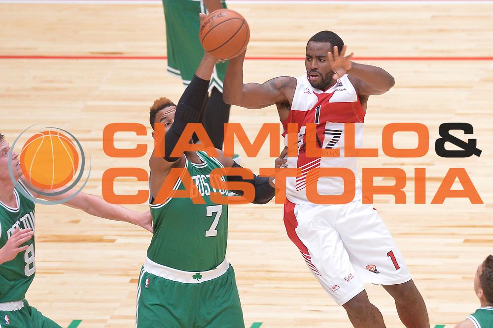 DESCRIZIONE : Milano NBA Global Games EA7 Olimpia Milano - Boston Celtics<br /> GIOCATORE : Jamal McLean<br /> CATEGORIA : Passaggio precario<br /> SQUADRA :  Olimpia EA7 Emporio Armani Milano<br /> EVENTO : NBA Global Games 2016 <br /> GARA : NBA Global Games EA7 Olimpia Milano - Boston Celtics<br /> DATA : 06/10/2015 <br /> SPORT : Pallacanestro <br /> AUTORE : Agenzia Ciamillo-Castoria/IvanMancini<br /> Galleria : NBA Global Games 2016 Fotonotizia : NBA Global Games EA7 Olimpia Milano - Boston Celtics