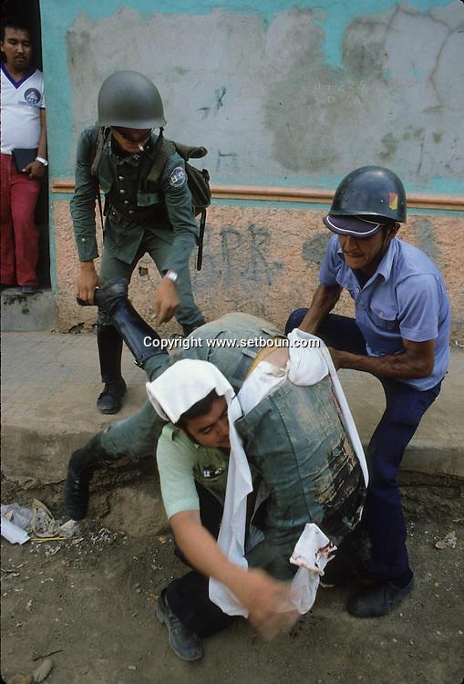 El Salvador. BODIES of the guerilleros killed by the army. san Salvador, fighting with the guerilla inside the city , in mexicanos area.      / guerilleros tues par l armee. San Salvador, bataille a mexicanos, un  faubourg de la capitale avec la guerilla    Salvador  / SALV34301 3
