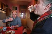 """Osseten stoßen an. Südossetien erklärte sich 1990 selbsständig und konnte den folgenden Sezessionskrieg gegen die Georgier für sich entscheiden. Zwischen Georgien und der abtrünnigen Region, die den Anschluß an die Russische Förderation fordert, kommt es trotz des Waffenstillstandsabkommens von 1992 immer wieder zu bewaffneten Ausseinandersetzungen. (Ossetians drinking vodka. South Ossetia is a de facto independent republic located within the internationally recognized borders of Georgia. Although this former Soviet autonomous region has declared its independence in 1990. After the following civil war between georgians and ossetians ends in 1992, most parts of the territory is ossetian controlled, while some villages with georgian population are administrated by an georgian """"Alternative Government"""".)"""