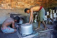 Madagascar. Ambatolampy. Fabrique de marmites en aluminium. // Madagascar. Ambatolampy. Aluminium cooking-pot factory.