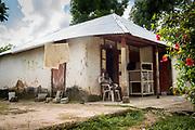 Haïti, Département du Sud, commune de Maniche. Suite au passage de l'ouragan Matthew en octobre 2016, le CECI a permis à des centaines familles de retourner vivre dans leurs maisons, en réparant leurs toitures endommagées.