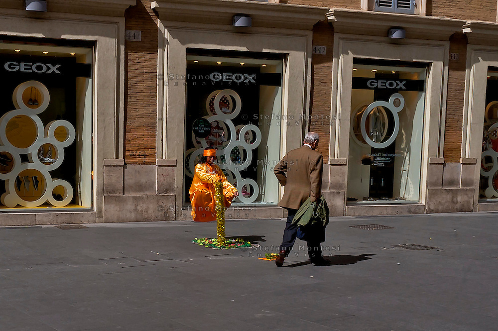 Roma 1 Aprile 2015<br /> Artista di strada che levita  nel centro di Roma<br /> Rome, April 1, 2015<br /> Street artists perform  who levitates in downtown Rome