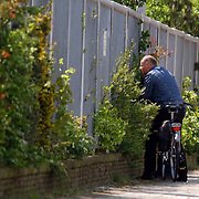 NLD/Laren/20050510 - Leden van de Groep Bijzondere Opdrachten, GBO, politie Gooi & Vechtstreek houden een loods in de gaten, later bleek dit een oefening te zijn..arrestatieteam, observatie