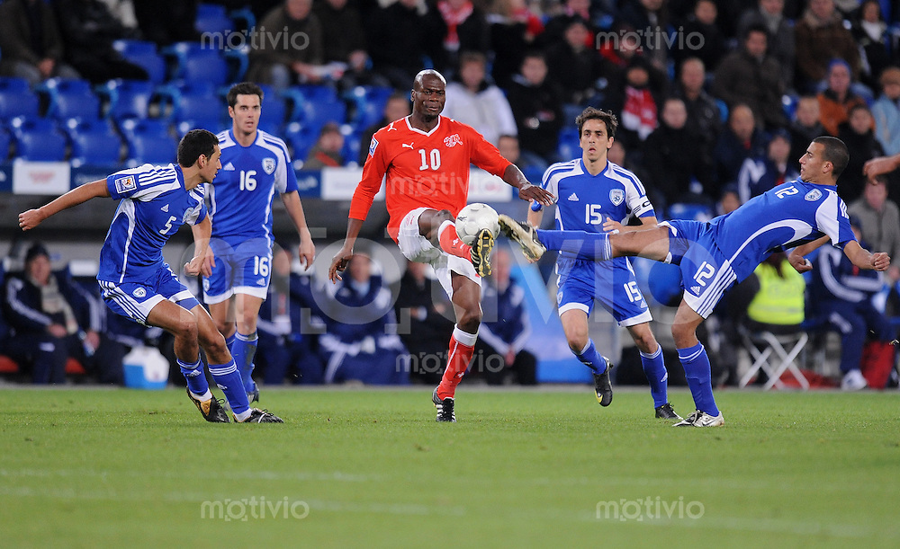 Fussball International   WM  2010  Qualifikation  Gruppe 2    14.10.2009 Schweiz - Israel AVI Strul (ISR), Tamir Cohen (ISR)  gegen Blaise Nkufo  (SUI), Elyaniv Barda (ISR) und Avihai Yadin (v.li., ISR)