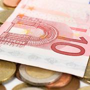 Nederland Barendrecht 29 maart 2009 20090329 Foto: David Rozing ..bankbiljetten, valuta, betaalmiddel, tientje, tien, 10, kosten,papiergeld,biljet,biljetten,bankbiljet,bankbiljetten,eurobiljet,eurobiljetten, betaalmiddelen,recessie, kredietcrisis, economie,.money , euro stockbeeld, stockfoto, stock, studio opname, illustratie.Foto: David Rozing