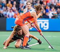 AMSTELVEEN - Lidewij Welten (Ned) op weg naar de 2-1 met links Janne Müller-Wieland (Ger)  tijdens de halve finale  Nederland-Duitsland (2-1) van de Pro League hockeywedstrijd dames. COPYRIGHT  KOEN SUYK