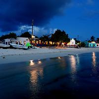 Parque Nacional Archipielago Los Roques, es un hermoso archipiélago de pequeñas islas coralinas que se encuentra ubicado en el Mar Caribe y ocupa 221.120 hectáreas. El Gran Roque, isla mas grande del archipielago, y lugar donde se ubican la mayoria de las posadas y el aeropuerto. Atardecer en el Gran Roque.