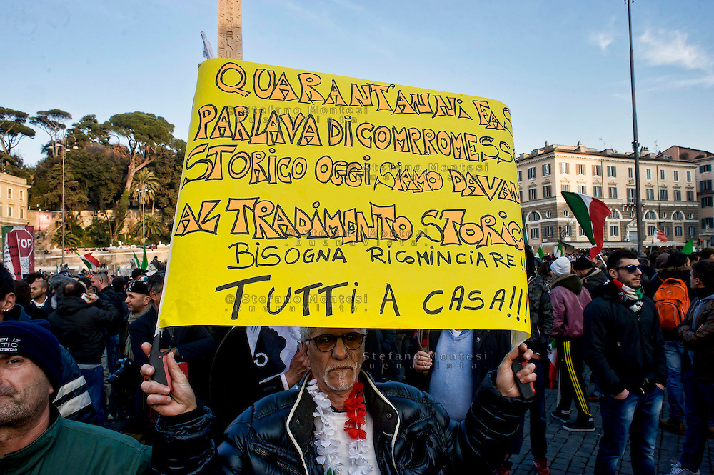 Roma 18 Dicembre 2013<br /> Manifestazione del Movimento dei forconi  a piazza del Popolo a Roma, contro i politici contro euro e questo modello di Europa.<br /> Rome, Italy. 18th December 2013 -- Pitchfork Movement,  demonstration  at Piazza del Popolo in Rome. -- Demonstration of the Movement Pitchforks for the resignation of politicians. -- The so-called &quot;Pitchfork Movement&quot; which inspired the protest was originally a group of Sicilian farmers pushing for more help from the government, but it has grown into.