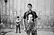 198 / Apartheid im Herzen Europas: EUROPA, SLOWAKEI, PRESOV, SVINIA, 01.09.2004: Die Slowakei ist seit 2004 Mitgliedsstaat der Europaeischen Union. Damit sind auch die etwa 600.000 in der Slowakei lebenden  Roma, die zehn Prozent der slowakischen Gesamtbevoelkerung ausmachen zu EU  Europaern geworden. Die Roma leben bereits seit dem 14. Jahrhundert auf slowakischen Gebiet, aber das Zusammenleben mit der slowakischen Bevoelkerung gestaltet sich nach apartheidaehnlichen Prinzipien. Eine rassistische Gesellschaftstrennung zieht sich von der Schule ueber den Arbeitsmarkt bis zur ghettoisierten Wohnsituation der Roma. Die slowakischen Roma leben isoliert von der slowakischen Bevoelkerung in den sogenannten Osadas (RomaSiedlungen) am Rand der Staedte und Doerfer, wo man  sie waehrend des Kommunismus versucht hat zwangsanzusiedeln. Die Mehrheit ist verarmt und lebt weit unterhalb des Existenzminimums. Sie leiden unter den taeglichen Folgen der Ausgrenzung und den Repressionen seitens der Bevoelkerung und des Staates.  Die in der Slowakei erschreckend große rechtsradikale Bewegung betreibt zudem seit Jahren eine rassistische Hetzjagd auf Roma, der schon zu viele Roma zum Opfer geworden sind.  Das Roma  Dorf Svinia gilt als Vorhoelle. Dort leben 700 Roma, die sogar von anderen Roma verachtet werden, weil sie als Hundeesser gelten. Der Ort ist in einen slowakischen und einen Zigeuner-Teil geteilt. Während der slowakische Teil sich als Weißes Svinia bezeichnet, ist Roma-Svinia von 100 prozent Arbeitslosigkeit und erschreckenden hygienischen und menschlichen Zustaenden gekennzeichnet. Drei Viertel der Bewohner von Svinia sind Jugendliche. - Marco del Pra / imagetrust - Stichworte: apartheid, Arbeitslosigkeit, arm, Armut, Ausgrenzung, beckham, child, David Beckham, discrimination, Diskriminierung, eastern slovakia, EU, Europa, Europaeische Union, europe, Existenzminimum, football, Gesellschaftstrennung, gypsy, half, hero, Hetzjagd, Hundeesser, Jugendliche, man, Model Release:N