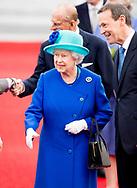 Prins Philip volgt het voorbeeld van prins Henrik van Denemarken en gaat met pensioen. 23-6-2015 BERLIN - Queen Elizabeth II arrives with Duke of Edinburgh Prince Philip at the Tegel airport for a 4 days state visit to Germany . Queen Elizabeth II  and Duke of Edinburgh Prince Philip  will visit Germany 4 days COPYRIGHT ROBIN UTRECHT