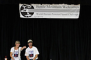 Overleg in het civic center om de teams te informeren over de gang van zaken. In Battle Mountain (Nevada) wordt ieder jaar de World Human Powered Speed Challenge gehouden. Tijdens deze wedstrijd wordt geprobeerd zo hard mogelijk te fietsen op pure menskracht. Ze halen snelheden tot 133 km/h. De deelnemers bestaan zowel uit teams van universiteiten als uit hobbyisten. Met de gestroomlijnde fietsen willen ze laten zien wat mogelijk is met menskracht. De speciale ligfietsen kunnen gezien worden als de Formule 1 van het fietsen. De kennis die wordt opgedaan wordt ook gebruikt om duurzaam vervoer verder te ontwikkelen.<br /> <br /> The meeting in the civic center to inform everyone on the procedures. In Battle Mountain (Nevada) each year the World Human Powered Speed Challenge is held. During this race they try to ride on pure manpower as hard as possible. Speeds up to 133 km/h are reached. The participants consist of both teams from universities and from hobbyists. With the sleek bikes they want to show what is possible with human power. The special recumbent bicycles can be seen as the Formula 1 of the bicycle. The knowledge gained is also used to develop sustainable transport.