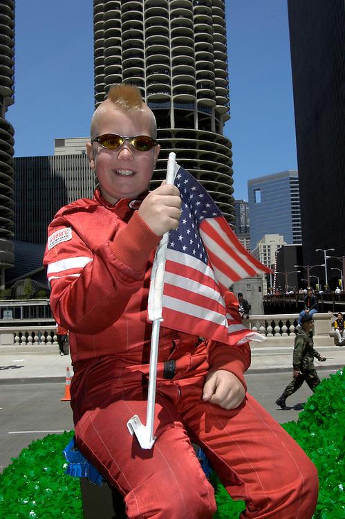 USA,  Illinois, Chicago, Chicago,Marina Towers, Memorial Day Parade, Junge mit Irokesen Haarschnitt, Sonnenbrille, Amerkanische Flagge