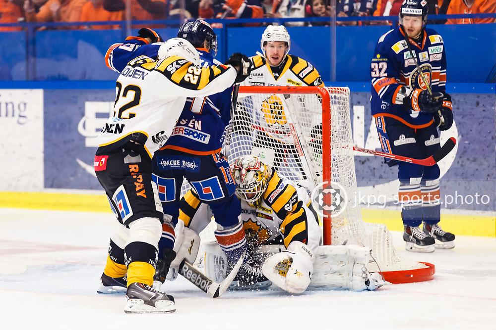 150423 Ishockey, SM-Final, V&auml;xj&ouml; - Skellefte&aring;<br /> Janne Pesonen, Skellefte&aring; AIK trycker in Alexander Johansson, V&auml;xj&ouml; Lakers Hockey i m&aring;lvakten Markus Svensson, Skellefte&aring; AIK.<br /> &copy; Daniel Malmberg/Jkpg sports photo