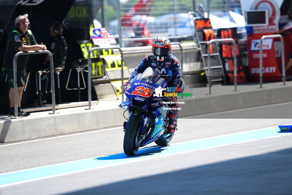 BURIRAM, THAILAND - OCTOBER 05: Maverick Viñales (25) of Spain and Movistar Yamaha MotoGP during FP1 at the MotoGP PTT Thailand Grand Prix 2018, Chang International Circuit, Thailand on October 05, 2018. <br /> .<br /> .<br /> .<br /> (Photo by: Naratip Golf Srisupab/SEALs Sports Images)<br /> .<br /> Any image use must include a mandatory credit line adjacent to the content which should read: Naratip Golf Srisupab/SEALs Sports Images