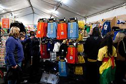 02.07.2010, Soccer City Stadium, Johannesburg, RSA, FIFA WM 2010, Viertelfinale, Uruguay (URU) vs Ghana (GHA) im Bild Fans beim shoppen in einem ofiziellen Shop der Fifa