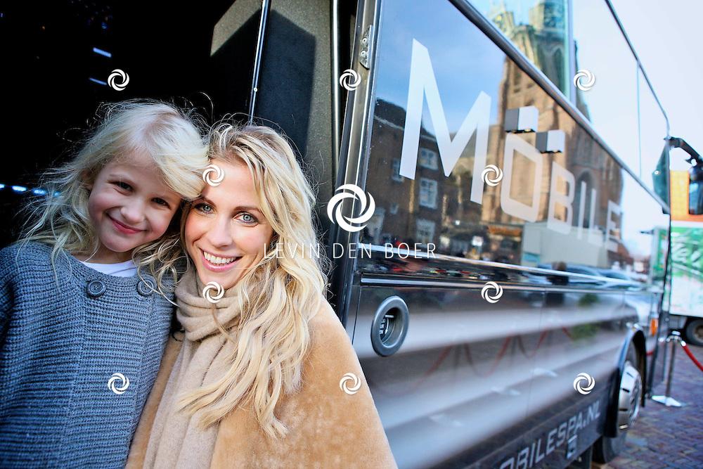 DORDRECHT - Vivian Reijs was met haar Stichting Supermom al begaan met jonge moeders. In het verlengde daarvan richt ze zich nu op bijstandsmoeders met jonge en/of oudere kinderen. Vivian gaat moeders die het financieel moeilijk hebben steunen met de nieuwe Vivian Reijs Foundation. Vandaag deelde ze op de grootste kerstmarkt van Nederland kerstpakketten uit aan dertig bijstandmoeders. FOTO LEVIN DEN BOER - PERSFOTO.NU