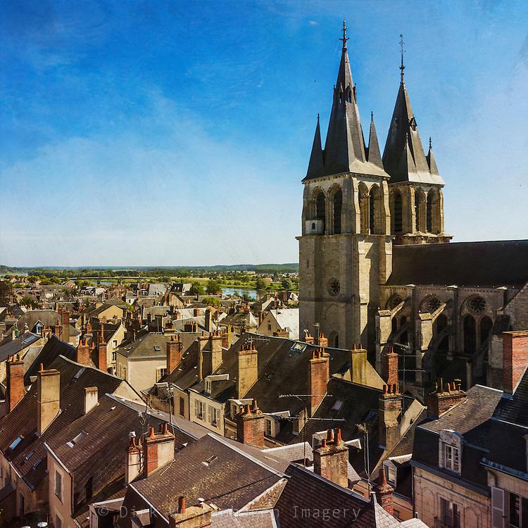 Blick über die Dächer von Blois mit Kirche Église Saint-Nicolas, Blois, Frankreich