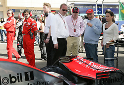 Formel 1, Grand Prix Bahrain 2006, Sakhir, 12.03.2006.Startaufstellung.Niki Lauda und Freundin Birgit Wetzinger.Dr. Gerhard Gribkowsky, SLEC Holdings (li ).Donald Mackenzie, CVC Capital Partners.McLaren-Mercedes MP4-21
