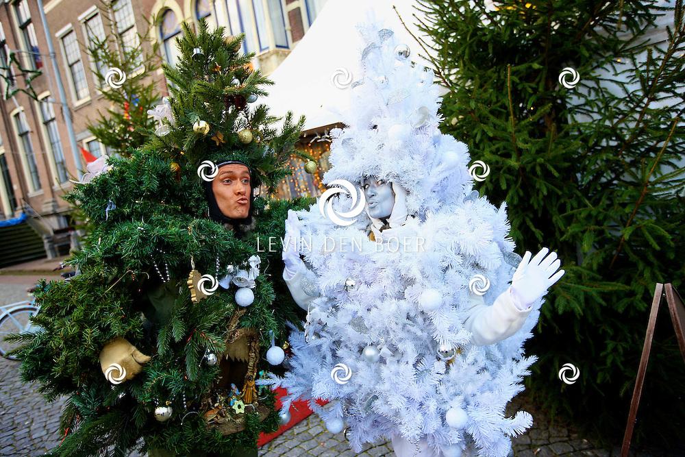 ZALTBOMMEL - In de binnenstad van Zaltbommel liepen de kerstbomen gewoon over straat. Het Krist Doo Straattheater uit Oss waren hiervoor verantwoordelijk. FOTO LEVIN DEN BOER - PERSFOTO.NU