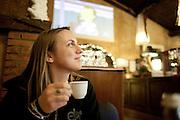 Verona - Juska (28), durante la pausa pranzo in uno dei ristoranti lungo la strada in cui ogni tanto si ferma.