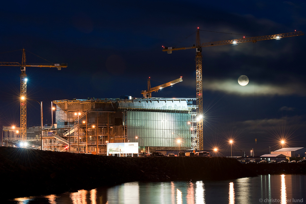 "Tónlistarhúsið Harpa í byggingu. Ljósaskiptin, fullt tungl á himni. The Icelandic National Concert and Conference Centre ""Harpa"" under construction. Twilight and full moon."