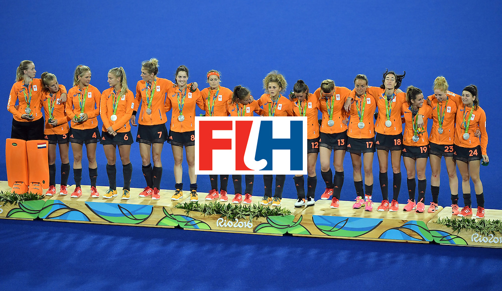 (From L) Silver medallists Netherlands' Joyce Sombroek, Netherlands' Xan de Waard, Netherlands' Kitty van Male, Netherlands' Laurien Leurink, Netherlands' Willemijn Bos, Netherlands' Marloes Keetels, Netherlands' Carlien Dirkse van den Heuvel, Netherlands' Kelly Jonker, Netherlands' Maria Verschoor, Netherlands' Lidewij Welten, Netherlands' Caia van Maasakker, Netherlands' Maartje Paumen, Netherlands' Naomi van As, Netherlands' Ellen Hoog, Netherlands' Margot van Geffen and Netherlands' Eva de Goede celebrate on the podium during the women's field hockey medals ceremony of the Rio 2016 Olympics Games at the Olympic Hockey Centre in Rio de Janeiro on August 19, 2016. / AFP / Pascal GUYOT        (Photo credit should read PASCAL GUYOT/AFP/Getty Images)