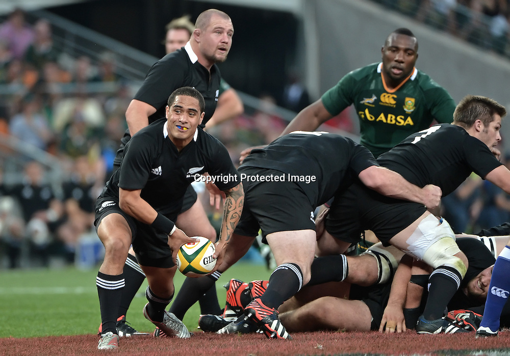 CASTLE RUGBY CHAMPIONSHIP 2012, FNB STADIUM in SOWETO, 06 October 2012. Aaron Smith of the All Blacks puts his backline away during the CASTLE RUGBY CHAMPIONSHIP match between South Africa and New Zealand at the FNB Stadium in Soweto, Johannesburg, South Africa on 06 October 2012.<br /> Photographer : Anton de Villiers / PHOTOSPORT