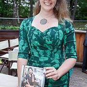 NLD/Hilversum/20160524 -  Eerste exemplaar van De Poepdokter word uitgereikt aan Edwin Rutten, Nienke Tode-Gottenbos