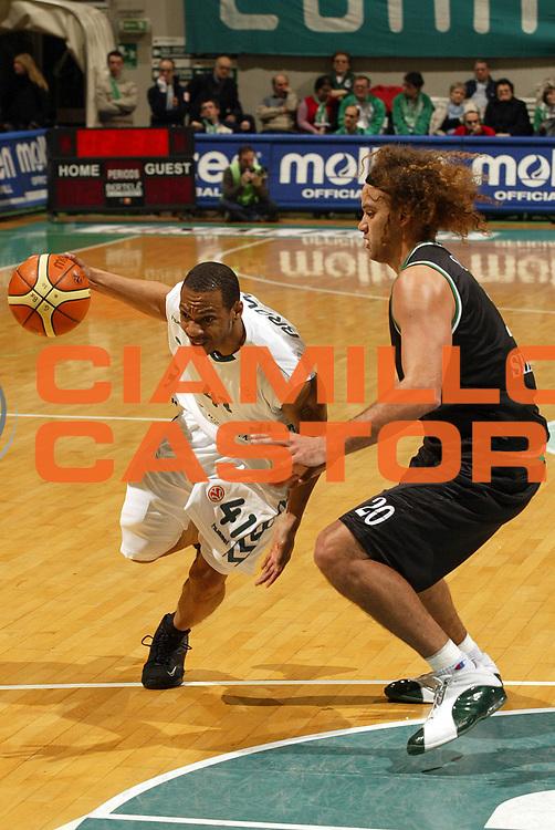 DESCRIZIONE : Siena Eurolega 2005-06 Montepaschi Siena Unicaja Malaga <br /> GIOCATORE : Brown<br /> SQUADRA : Unicaja Malaga <br /> EVENTO : Eurolega 2005-2006<br /> GARA : Montepaschi Siena Unicaja Malaga <br /> DATA : 19/01/2006<br /> CATEGORIA : Penetrazione<br /> SPORT : Pallacanestro<br /> AUTORE : Agenzia Ciamillo-Castoria/E.Pozzo<br /> Galleria : Eurolega 2005-2006<br /> Fotonotizia : Siena Eurolega 2005-2006 Montepaschi Siena Unicaja Malaga <br /> Predefinita :