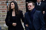 De koninklijke familie en tal van vrienden, bekenden en collega's van prins Friso zijn samengekomen in de Oude Kerk in Delft om de op 12 augustus overleden prins Friso te herdenken. <br /> <br /> The royal family and many friends, acquaintances and colleagues of Prince Friso are in the Old Church in Delft to commemorate the Prince who past away on August 12 2013.<br /> <br /> Op de foto / On the photo:  Bono en partner Ali Hewson  van ( U2 )