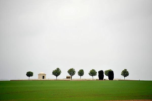 Frankrijk, Thiepval, 12-5-2013Mill Road Cemetery, 1304 graven. Thiepval is één van de bloedigste plaatsen van de slag aan de Somme. Op een heuvel liep de frontlijn. Daar bouwden de Duitsers een net van loopgraven en ondergrondse schuilplaatsen. De veldslag was zo hevig dat er bij de Britten niet minder dan 82.000 werden gedood. Uiteindelijk viel deze plaats opnieuw Britse handen op 28 september 1916. Het dorp was zodanig verwoest dat het nooit meer werd heropgebouwd. Het slagveld bevond zich ruwweg in de driehoek gevormd door de Franse steden Albert, Bapaume en Péronne. Foto: Flip Franssen/Hollandse Hoogte