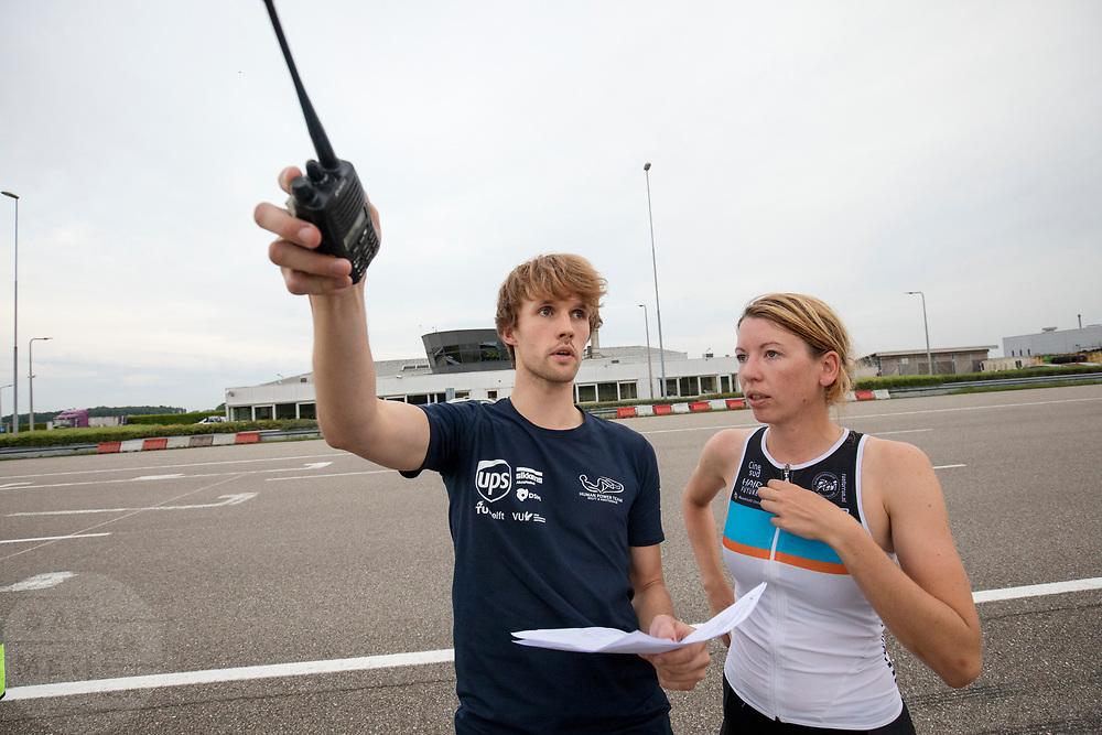 Aniek Rooderkerken bespreekt het protocol met de trainer. In Lelystad test het HPT voor de laatste keer de nieuwe fiets op de RDW baan. In september wil het Human Power Team Delft en Amsterdam, dat bestaat uit studenten van de TU Delft en de VU Amsterdam, tijdens de World Human Powered Speed Challenge in Nevada een poging doen het wereldrecord snelfietsen voor vrouwen te verbreken met de VeloX 7, een gestroomlijnde ligfiets. Het record is met 121,44 km/h sinds 2009 in handen van de Francaise Barbara Buatois. De Canadees Todd Reichert is de snelste man met 144,17 km/h sinds 2016.<br /> <br /> In Lelystad the team tests the new bike for the last time before the record attempts. With the VeloX 7, a special recumbent bike, the Human Power Team Delft and Amsterdam, consisting of students of the TU Delft and the VU Amsterdam, also wants to set a new woman's world record cycling in September at the World Human Powered Speed Challenge in Nevada. The current speed record is 121,44 km/h, set in 2009 by Barbara Buatois. The fastest man is Todd Reichert with 144,17 km/h.