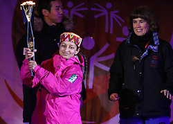 18.03.2017, Planai-Stadion, Schladming, AUT, Special Olympics 2017, Wintergames, Eröffnungsfeier, im Bild eine Athletin aus Indien bringt das Olympische Feuer mit einer Fackel ins Stadion // Indian athlete and the Olympic flame during the opening ceremony in the Planai Stadium at the Special Olympics World Winter Games Austria 2017 in Schladming, Austria on 2017/03/17. EXPA Pictures © 2017, PhotoCredit: EXPA / Martin Huber