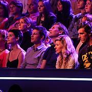 NLD/Hilversum/20120916 - 4de live uitzending AVRO Strictly Come Dancing 2012, Sven Kramer moedigt vanuit het publiek vriendin Naomie van As aan