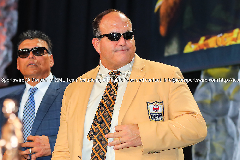 HOUSTON, TX - FEBRUARY 04:  NFL Hall of Famer Bruce Matthews during the Bart Starr Award Super Bowl Breakfast on February 04, 2017, at the Marriott Marquis in Houston, Texas.  (Photo by Rich Graessle/Icon Sportswire)
