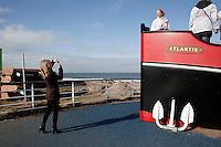 Nederland. Den Haag, 27 februari 2010.<br /> Partij voor de Vrijheid, PVV. Flyeren, campagnevoeren in Kijkduin. Op het Deltaplein arriveren de kandidaten van de PVV voor de gemeenteraadsverkiezingen. Nummer 5 op de lijst : Danielle de Winter laat zich fotograferen op een klimboot, de Atlantis. Politiek, lokale politiek<br /> Foto Martijn Beekman