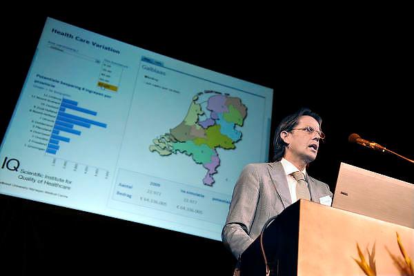 Nederland, Nijmegen, 7-9-2012Professor dr. Gert Westert,  hoogleraar Kwaliteit van Zorg aan de Faculteit der Medische Wetenschappen van de Radboud Universiteit Nijmegen, RU, RUN, en heeft de leiding over IQ Healthcare, een wetenschappelijk topcentrum op het gebied van Health Services Research, met aandacht voor kwaliteit, veiligheid en innovatie in de gezondheidszorg. Hij houdt hier een spreekbeurt tijdens een congres in Nijmegen met als titel: Hoe maken we de gezondheidszorg gezond. Over kosten en kwaliteit in de zorg.Foto: Flip Franssen