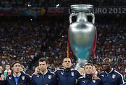 FUSSBALL  EUROPAMEISTERSCHAFT 2012   FINALE Spanien - Italien            01.07.2012 Hinter der Mannschaft von Italien wurde ein ueberdimensionierter EM Pokal positioniert
