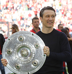 18.05.2019, Allianz Arena, Muenchen, GER, 1. FBL, FC Bayern Muenchen vs Eintracht Frankfurt, 34. Runde, Meisterfeier nach Spielende, im Bild Cheftrainer des FC Bayern Niko Kovac mit Meisterschale // during the celebration after winning the championship of German Bundesliga season 2018/2019. Allianz Arena in Munich, Germany on 2019/05/18. EXPA Pictures © 2019, PhotoCredit: EXPA/ SM<br /> <br /> *****ATTENTION - OUT of GER*****