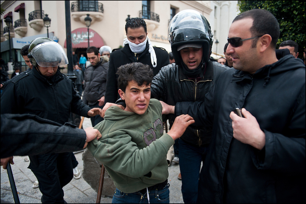 Un voleur est arrêté par les policiers avenue Habib Bourguiba. // A la suite de nombreux pillages et saccages commis dans le centre ville de Tunis la Police accompagnée des habitants organisés en comité de quartiers chassent les pilleurs, Tunis dimanche 27 février 2011. © Benjamin Girette/IP3 press