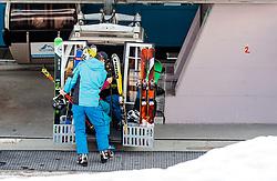 THEMENBILD - Skifahrer steigen an der Bergstation aus der Kabine einer Gondelbahn aufgenommen am 10. April 2017 am Kitzsteinhorn Gletscher, Kaprun Österreich // Skiers off at the top station from the cabin of a cable car at the Kitzsteinhorn Glacier Ski Resort, Kaprun Austria on 2017/04/10. EXPA Pictures © 2017, PhotoCredit: EXPA/ JFK