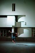 Spanje, Barcelona, 10-1-2004..Skater bij avond voor het nieuwe museum voor hedendaagse, moderne kunst, MACBA.  Skateboard, cultuur, architectuur. Toerisme..Foto: Flip Franssen