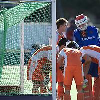 MELBOURNE - Champions Trophy men 2012<br /> Netherlands v Australia 0-0<br /> Nederland kreeg 7 strafcorners tegen, geen ging erin<br /> foto:  Jaap Stockman overlegt met zijn medespelers de strafcorner vederdeging tactiek.<br /> FFU PRESS AGENCY COPYRIGHT FRANK UIJLENBROEK