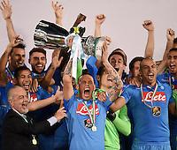 FUSSBALL INTERNATIONAL Supercoppa Italia Finale 2014 in Doha  Juventus Turin - SSC Neapel         22.12.2014 Siegerehrung, Sieger SSC Neapel; Marek Hamsik jubelt mit Pokal, Praesident Aurelio De Laurentiis (li) und Goekhan Inler (re)