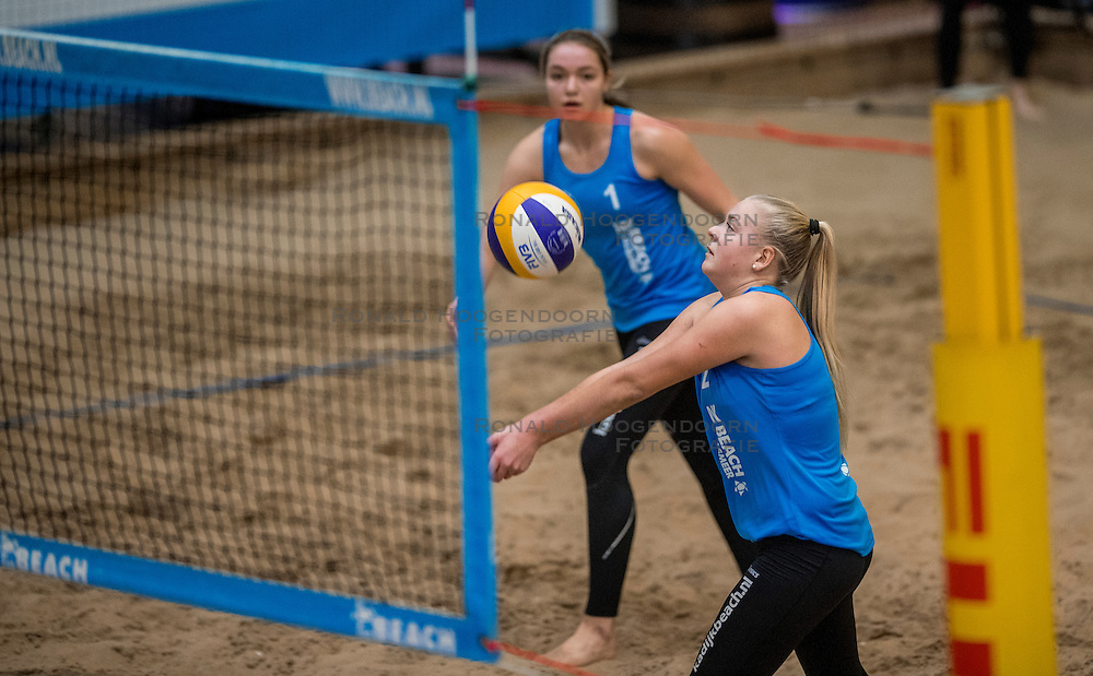 08-01-2017 NED: NK Beachvolleybal Indoor, Aalsmeer<br /> Emi v. Driel #1/ Raisa Schoon #2 verslaan in de eerste halve finale Jolien Sinnema #2/ Joy Stubbe #1met 2-0 (21-16, 23-21) / Emi v. Driel #1/ Raisa Schoon #2