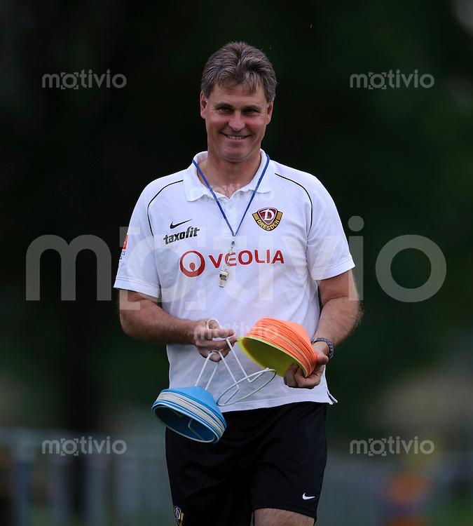Fussball, 2. Bundesliga, Saison 2012/13, Training, SG Dynamo Dresden, Mittwoch (29.05.12), Dresden. Dresdens Trainer Ralf Loose verteilt Huetchen.