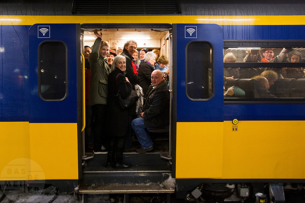 Reizigers zitten opgepropt in een trein die wel rijdt vanaf Utrecht CS. Door de hevige sneeuwval is het treinverkeer ernstig ontregeld, ondanks de voorbereidingen van de NS en ProRail.<br /> <br /> Passengers are packed in a train that actually would leave. Due to the snow the schedule of the Dutch railways is badly disordered, in spite of the precautions NS and ProRail took earlier this year.