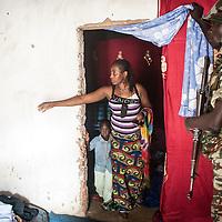 02/10/2013. Bangui. Republique Centrafricaine. Opération de désarmement de la FOMAC dans les quartiers de Bangui. Une femme qui avait des armes chez elle, entame un échange avec des soldats venus fouiller. @Sylvain Cherkaoui/Cosmos